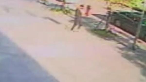 胡嫌提完款後,警方發現他走向路旁停放的轎車,因此循線追查。(記者陳恩惠翻攝)