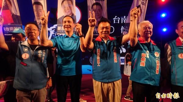 朱立倫(左二)今晚在新營為高思博(左三)助選,呼籲選民用選票檢驗民進黨全面執政、翻轉台南。(記者楊金城攝)