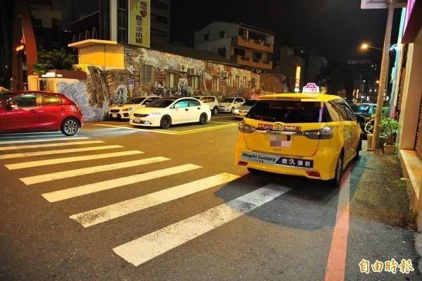當時鄭女就坐在計程車停放處。(記者王捷攝)