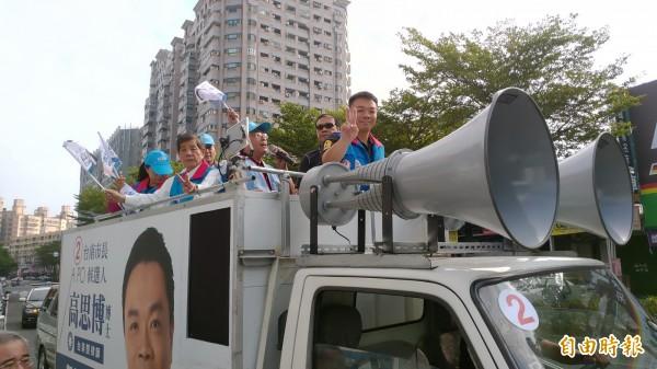 國民黨台南市長候選人高思博(右)一早進行車隊掃路拜票,進行最後衝刺。(記者蔡文居攝)
