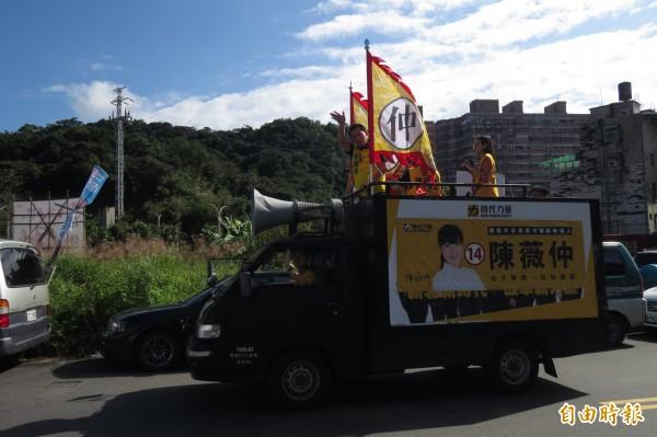 時代力量黨主席黃國昌今天上午到基隆,陪同基隆市唯一提名的安樂區議員候選人陳薇仲掃街。(記者俞肇福攝)