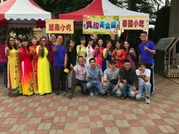圳堵國小校慶,成教班學生也提供各國美食義賣。(圳堵國小提供)