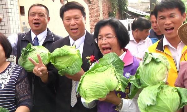 國民黨彰化縣長候選人王惠美今天一早到竹塘鄉農會幫忙義賣高麗菜。(記者劉曉欣翻攝)