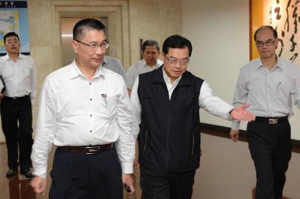 內政部長徐國勇到彰化縣警局慰問員警在選舉期間的辛勞。(記者劉曉欣翻攝)