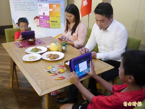 醫師提醒,家長要注意孩子使用網路遊戲的情形;圖為情境照,圖中人物與本文無關。(資料照,記者林惠琴攝)