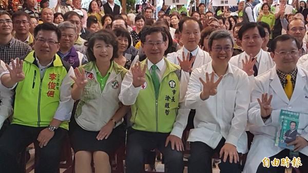 涂醒哲(右三)成立醫界後援會,副總統陳建仁(右二)以醫界大老身分到場力挺。(記者丁偉杰攝)