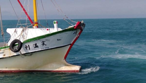澎湖籍「尖滿利」漁船在台中港南外堤與貨輪發生擦撞。(記者歐素美翻攝)
