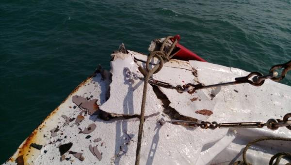 澎湖籍「尖滿利」漁船在台中港南外堤與貨輪發生擦撞,造成左舷輕微受損。(記者歐素美翻攝)