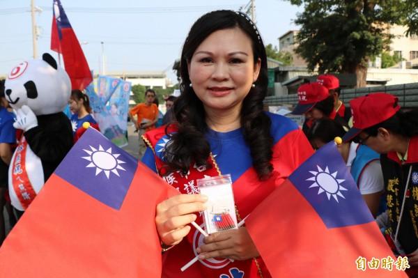 國民黨台南市永康區市議員候選人林燕祝舉辦造勢大會,現場發送國旗別針競選小物給選民,別具意義。(記者萬于甄攝)
