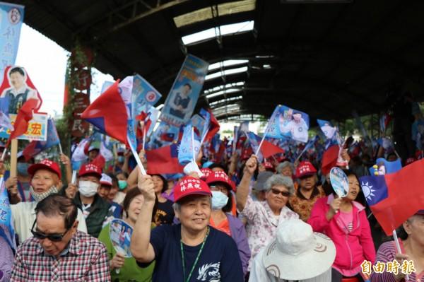 選民熱情揮舞旗子支持,場面相當熱絡。(記者萬于甄攝)