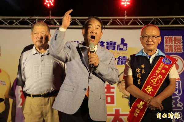 親民黨主席宋楚瑜(中)今晚南下苗栗為國民黨候選人徐耀昌(右)站台。(記者鄭名翔攝)