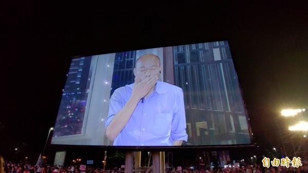 韓國瑜說距離太晚,改送飛吻給鄉親,隨即以右手送出一次飛吻。(記者曾迺強攝)