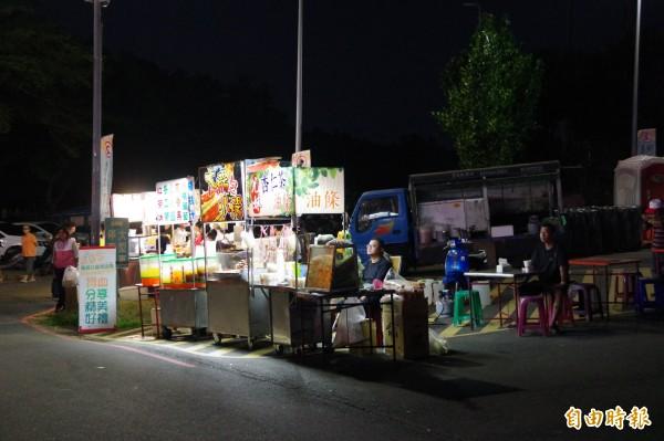 「翻轉雲嘉嘉南—堅定向前,團結勝選晚會」現場有10個攤位在周邊販售食物。(記者曾迺強攝)