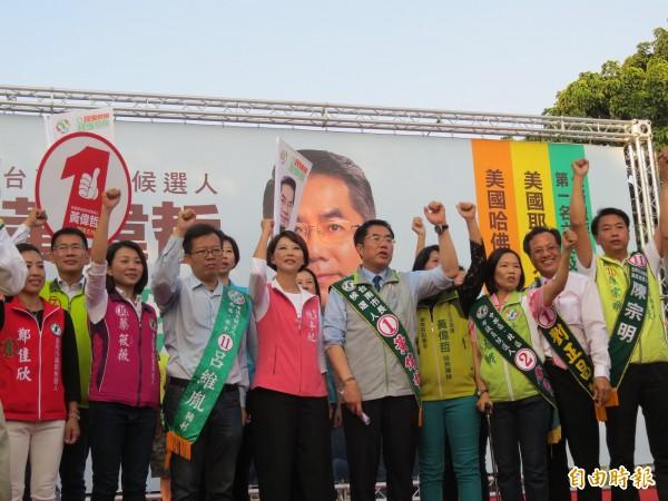 黃偉哲在府城南區明和公園旁舉辦造勢大會,綠營呼籲拒絕假新聞及假消息影響選舉。(記者蔡文居攝)