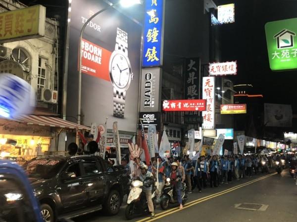 世界臺灣商會成員與許明財掃街拜票。(競總提供)