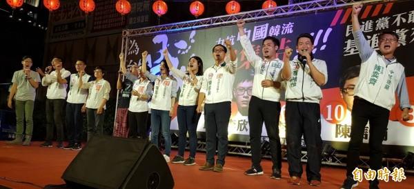 基進黨九名候選人在黨主席陳奕齊帶領下,登台高喊基進黨「凍選」。(記者陳文嬋攝)
