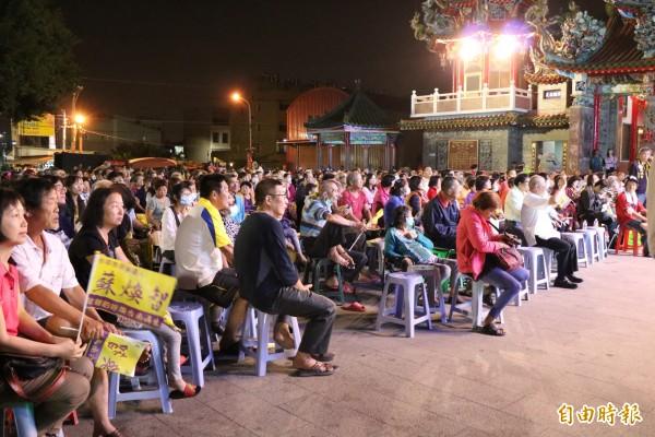 無黨籍台南市長候選人蘇煥智今晚在歸仁仁壽宮舉辦造勢晚會,吸引不少鄉親參與。(記者萬于甄攝)
