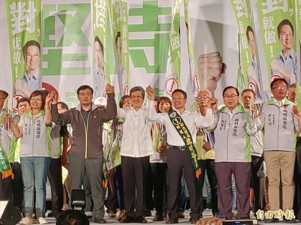 陳建仁拉起魏明谷的手,呼籲選民投給魏明谷,讓對的人繼續做對的事,打破「縣長只做1任」魔咒。(記者陳冠備攝)