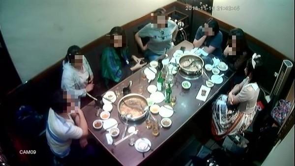 這些中客在店內吃鍋。(記者王冠仁翻攝)