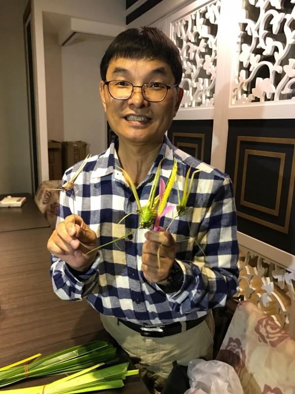 林財得吸管創作藝術維妙維肖,獲街頭藝人認證。(記者洪臣宏攝)