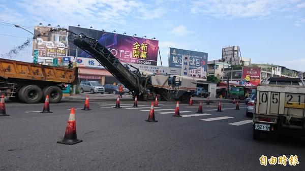 屏東市到處修路,道路進行交通管制。(記者葉永騫攝)