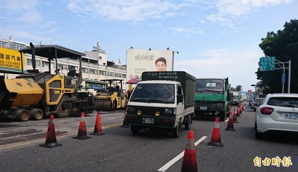 屏東市建國路施工,造成交通阻塞。(記者葉永騫攝)