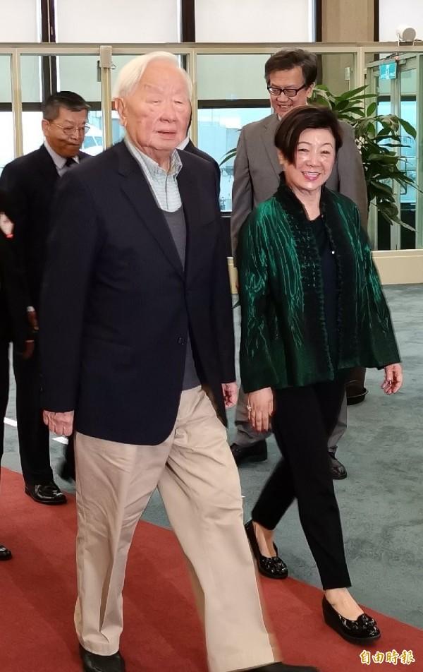 2018亞太經合會(APEC)領袖峰會議落幕後,我國領袖代表張忠謀下午搭機返抵台灣,張忠謀返台並未發表任何談話。(記者姚介修攝)
