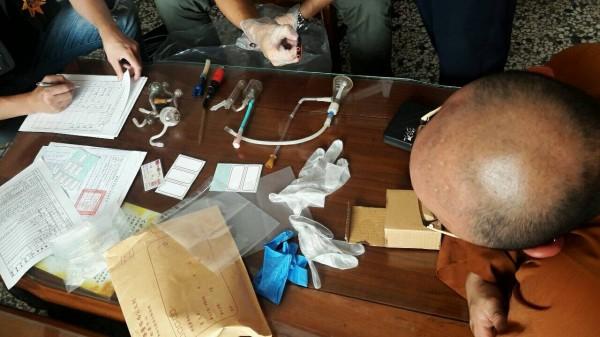 開泓法師(圖右)見警察查扣毒品與吸食器,坦承自己吸毒。(記者張瑞楨翻攝)