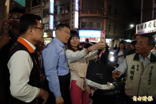 台北市長柯文哲晚間到延三夜市掃街,民眾搶合照。(記者沈佩瑤攝)