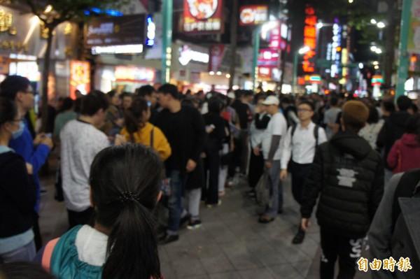 台北市長柯文哲在西門町開放民眾排隊合照。(記者黃建豪攝)