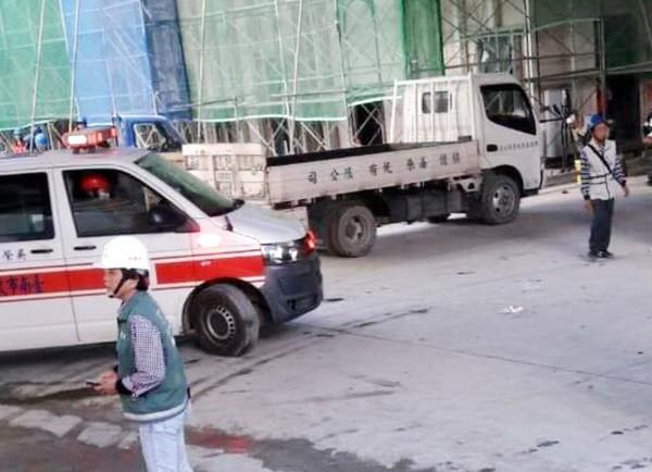 台積電南科工地發生事故,救護車將傷者緊急送醫。(讀者提供)