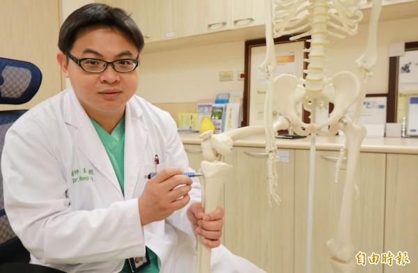 亞大醫院腫瘤及關節重建科主任王大翊表示,生長板一旦閉合,無論透過何種外來刺激,都不會使細胞繼續分裂,使用「長高貼片」不可能再長高。(記者陳建志攝)