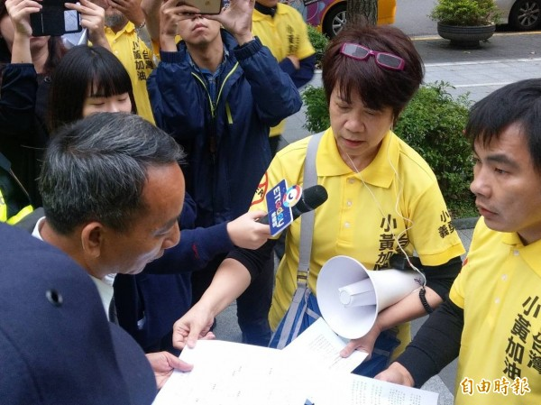 公路總局運輸組長劉育麟(左前)出面接受小黃司機陳情書。(記者鄭瑋奇攝)
