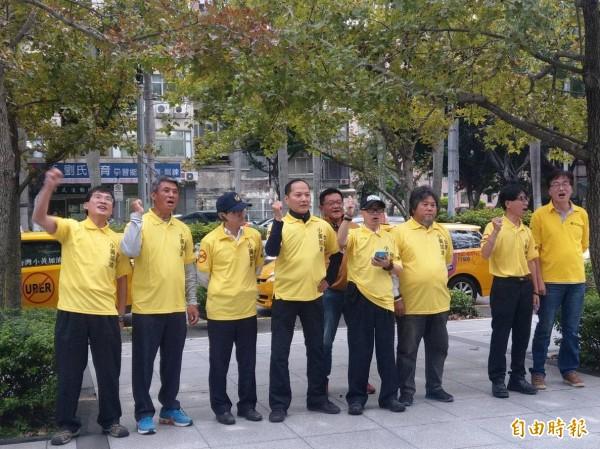 計程車今天再赴交通部抗議,要求廢除「代僱駕駛」。(記者鄭瑋奇攝)