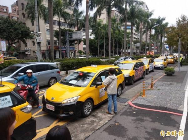 計程車今天再赴交通部抗議,20輛車繞行交通部。(記者鄭瑋奇攝)
