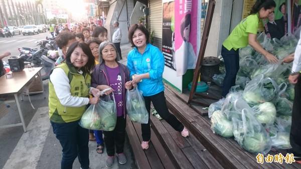 賴惠員(前左三)與黃偉哲的妻子劉育菁(前左一)一起現場義賣高麗菜。(記者楊金城攝)