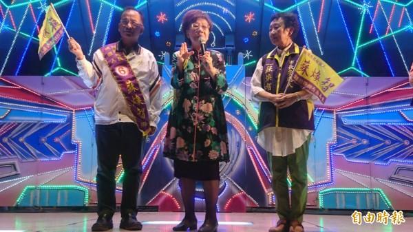 前副總統呂秀蓮(中)今晚為無黨籍台南市長候選人蘇煥智(左)站台助選,她說,明年將推動台灣和平中立公投案。(記者楊金城攝)