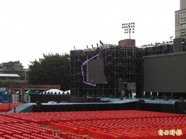 蘇貞昌選前之夜舞台延伸到觀眾席,類似演唱會的設計,加強與台下的互動。(記者何玉華攝)
