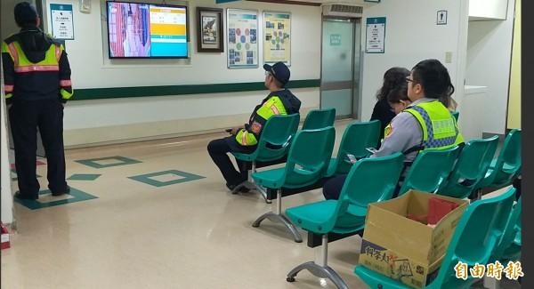 國道楊梅分隊警員王黃受傷在東元醫院緊急搶救,家屬和同事在手術室外等候。(記者廖雪茹攝)