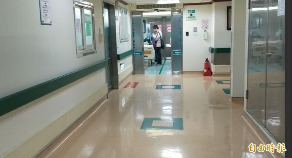 國道楊梅分隊王黃警員受傷在東元醫院緊急搶救,家屬和同事在手術室外等候。(記者廖雪茹攝)
