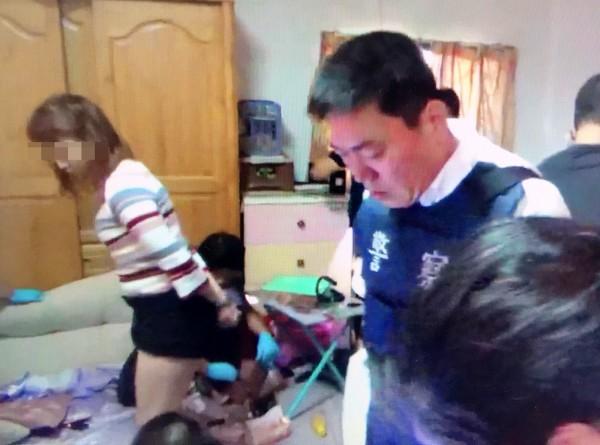 吸毒多年的蔡女(穿橫條紋上衣女子),被警方逮捕時小腹微凸,已懷孕3個月。(記者陳鳳麗翻攝)