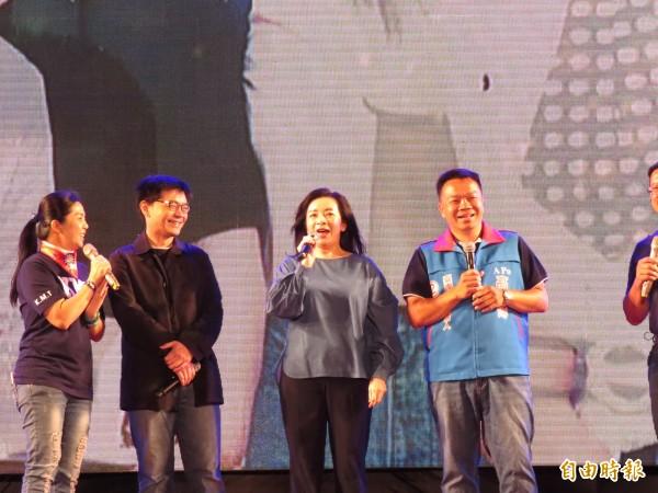 高思博(右一)選前之夜主打親情牌,由其姊姊高婉倩(右二)和弟弟高思復(左二)站台助選。(記者蔡文居攝)