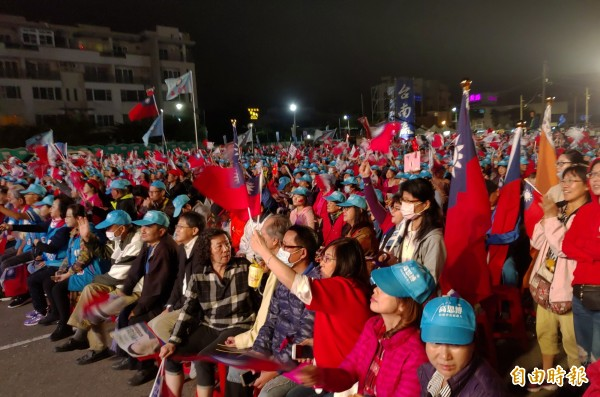 高思博選前之夜,現場支持者高舉國旗揮舞。(記者蔡文居攝)