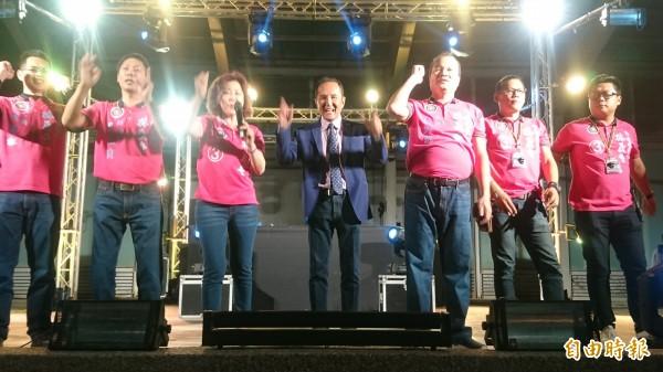 選前之夜,無黨籍台南市長候選人林義豐(中)今晚在新營舉辦「Crazy Friday」電音趴,爭取選民支持。(記者楊金城攝)