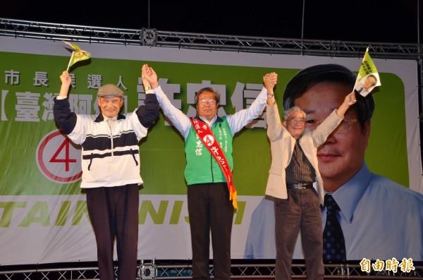 無黨籍市長候選人許忠信(中)舉辦選前之夜,前國防部長蔡明憲(左)與前駐瑞士大使王世榕(右)等到場站台。(記者吳俊鋒攝)