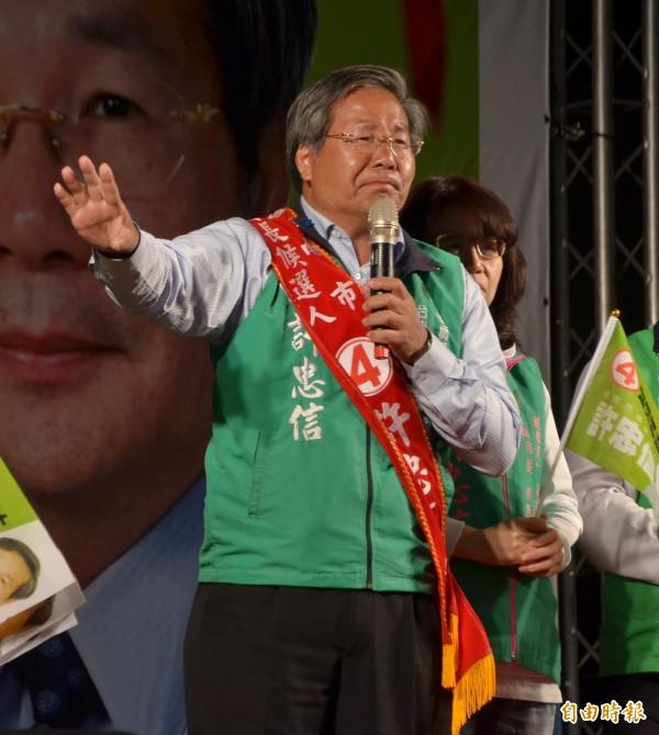 無黨籍市長候選人許忠信演說時慷慨激昂,誓言讓台南重返榮耀。(記者吳俊鋒攝)