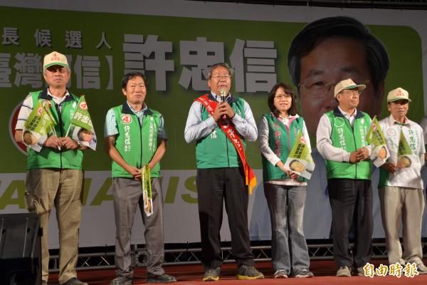 無黨籍市長候選人許忠信(左3)在新市區舉辦選前之夜,籲請鄉親大團結。(記者吳俊鋒攝)