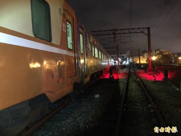 台鐵環島觀光列車2次,今天晚間7點56分,從三義站開車時撞上1名男性,人被捲入車底,不幸當場死亡。(記者彭健禮翻攝)