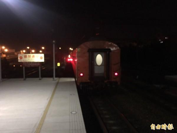 台鐵環島觀光列車2次,今天晚間7點56分,從三義站開車時撞上1名男性,這名男性被捲入車底,不幸當場死亡。(記者彭健禮翻攝)