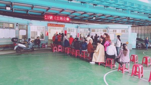 新北市新店區一名64歲葉姓女子,疑似不了解公投方式,竟一次撕毀10張公投票。(記者陳薏云翻攝)